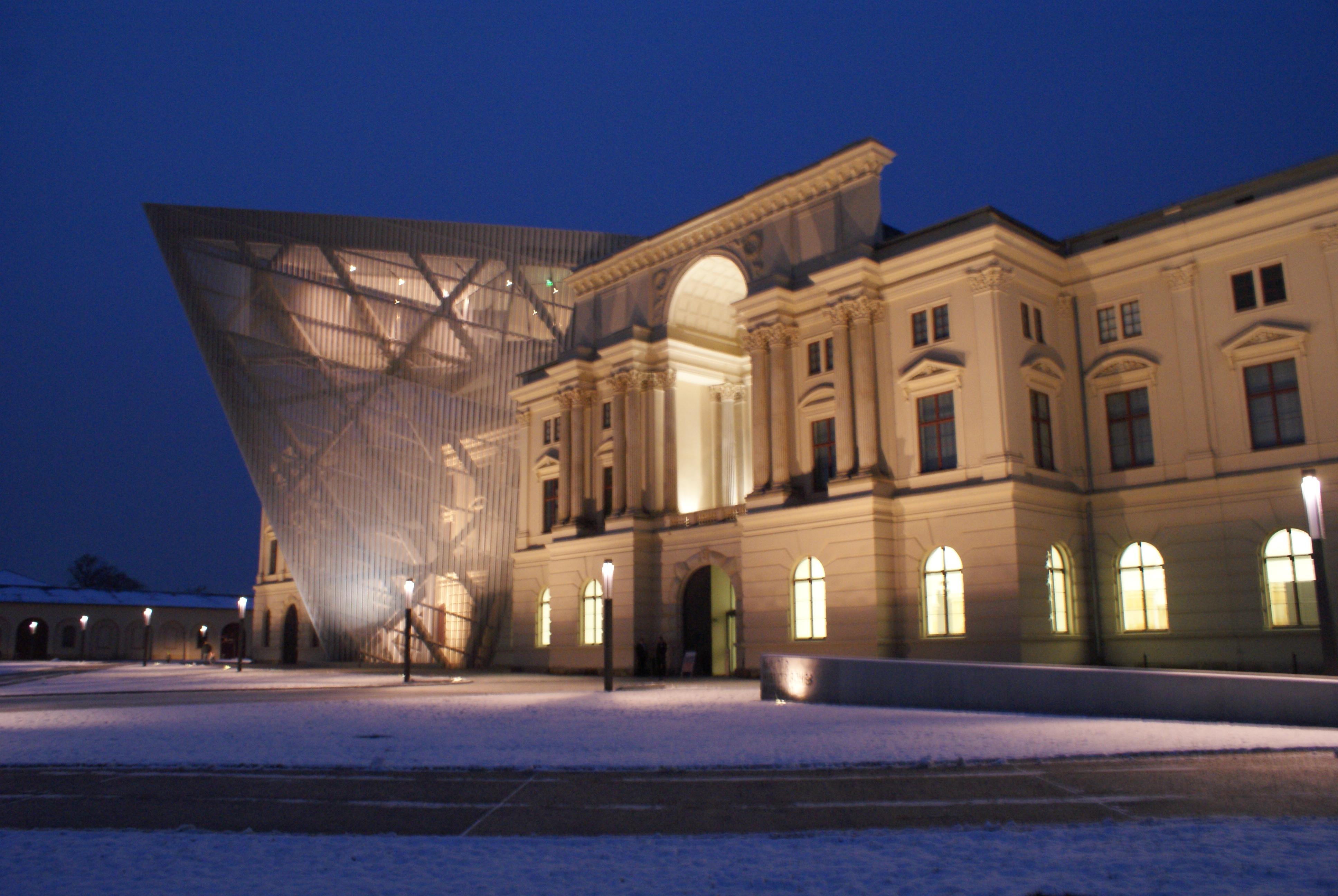 Vue de la façade du Militärhistorisches Museum de Dresde.