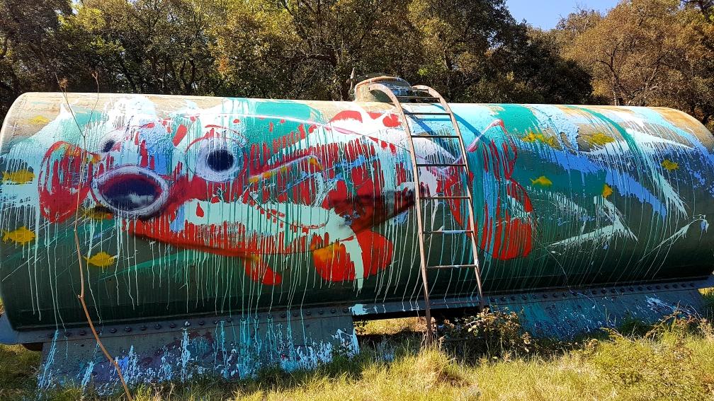 Citerne peinte  coulures et éclaboussure. Big red fish. Land art